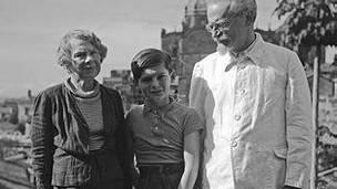 Trotsky, en México, con su esposa Natalia y su nieto Esteban Volkov