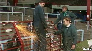 Se desmantela las jaulas de protección en el estadio de Anfield.