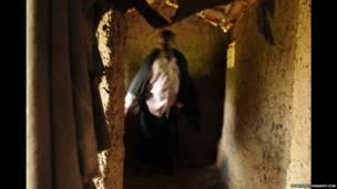 Wani mai maganin gargajiya a gidansa da ke Tanzania