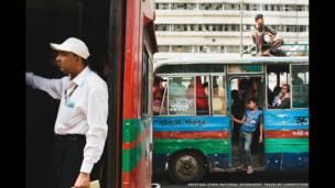 Penumpang bus di Kota Dhaka karya Kristian Leven/National Geographic Traveler Photo Contest