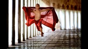 Biksu terbang karya Bonnie Stewart/National Geographic Traveler Photo Contest