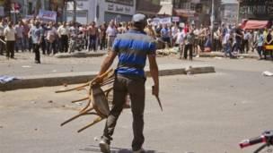 Opositor protestando con una silla, AP