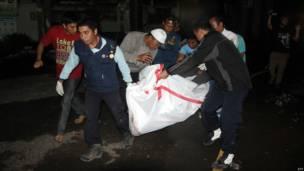 Palang Merah membantu proses evakuasi korban terbakar, AFP