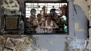Para tahanan di balik jeruji penjara di Medan, foto oleh Binsar Bakkara, AP