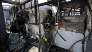 Tentara berjaga-jaga di ruangan lapas yang terbakar, foto oleh Binsar Bakkara, AP