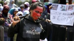 जकार्ता में प्रदर्शन करते मोहम्मद मुर्सी के एक समर्थक.