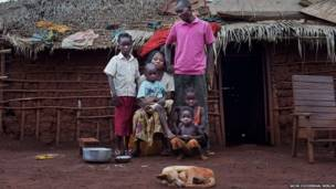 Muuguzi kutoka Congo Anatole Nzu na familia yake