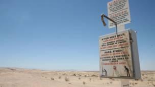 Mástil de agua y alerta roja en el desierto fronterizo