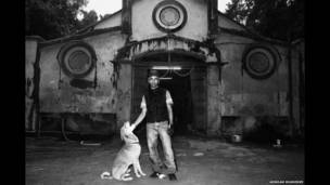 Malcolm Maseyk, de pie frente a un establo. Arindam Mukherjee.