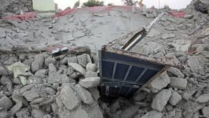 Una casa convertida en escombros después de que se derrumbara tras el terremoto en la ciudad de Awaran.