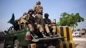 Un día después del terremoto, las tropas paquistaníes visitan en camiones militares las zonas afectadas por el terremoto en Karachi.