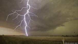 En esta instantánea un rayo cae sobre el campo de Julesburgh, en el noreste de Colorado. Roger Hill /Barcroft