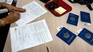 Pasaportes sobre el escritorio de una oficina.