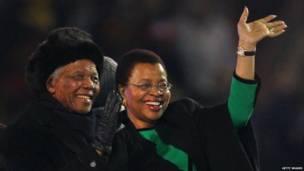 Nelson Mandela y su esposa en el Soccer City Stadium. Getty