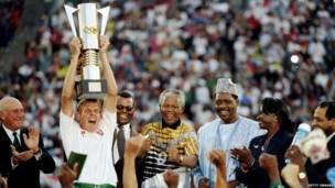 Nelson Mandela con el equipo sudafricano de fútbol