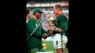 Nelson Mandela y Francois Pieenar. Getty