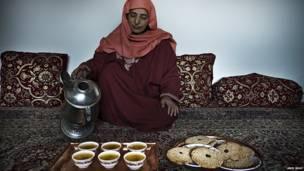 Mujer sirviendo té de azafrán