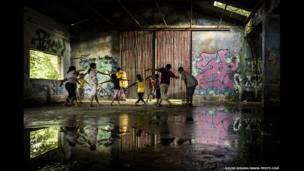 Jóvenes del club Kolkata Skateboarding Club, un club de aficionados a patinetas en el estado de Bengala Occidental, en India
