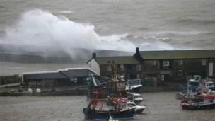 Grandes olas golpean la costa de Lyme Regis. Foto: BBC