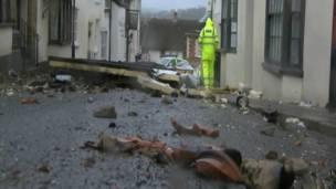 Techo caído en medio de la calle. Foto: BBC.