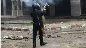 Un policier tirant des grenades lacrymogènes sur des manifestants qui protestaient contre la crise du logement, à Baraki près d'Alger. Photo Reuters 23 12 2014