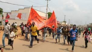 Plusieurs centaines de personnes ont manifesté à Beni dans l'est de la République démocratique du Congo pour protester contre la mort du colonel Mamadou Ndala, dans une embuscade le 3 janvier, tendue par des rebelles islamistes. Photo AFP. 03 01 2014