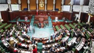 En Tunisie les 217 membres de l'Assemblée nationale doivent voter tous les  articles de la nouvelle constitution. Le texte devra être adopté par une majorité des deux tiers. Photo AP 03.01.2014