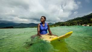 País africano ganha seu primeiro clube de surfe e atrai turistas e locais à prática.