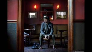 Fotógrafo Rich Hardcastle recruta estrelas de cinema para contar 'histórias perturbadoras'