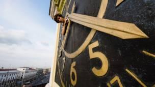 Hombre en torre de reloj