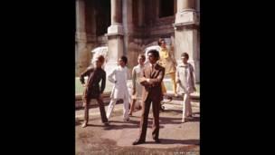Valentino posando con modelos cerca de la Fuente Trevi, Roma. Cortesía The Art Archive / Mondadori Portfolio / Marisa Rastellini