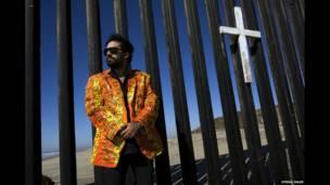 Pablo Llana en la valla fronteriza en Playas de TIjuana