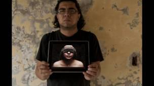 El fotógrafo Tochiro Gallegos en el techo de su estudio en Reynosa, Tamaulipas.
