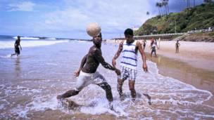Hombres jugando al fútbol en la playa de Rio Vermelho en Salvador, Bahia