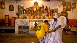 Un aficionado busca la bendición de una sacerdotisa de candombré antes de la final de 1998