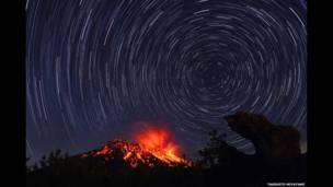 Erupción de un volcán en una noche estrellada. Takehito Miyatake
