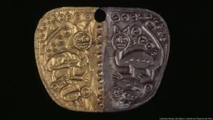 nariguera bimetálica. Cultura desconocida. Cortesía Museo del Banco Central de Reserva de Peru. Exhibición Peruvian Gold: Ancient Treasures Unearthed.