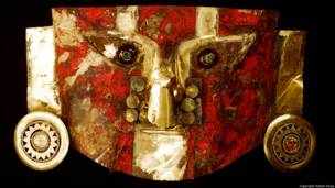 Máscara. Sicán. (900-1100 A.D.) Museo Sican. Foto de Rafael Rioja. Exhibición Peruvian Gold: Ancient Treasures Unearthed.