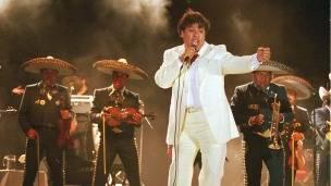 Juan Gabriel, en un concierto organizado por el PRI en 2000 en Cudad Juárez. Foto: Newsmakers/Getty