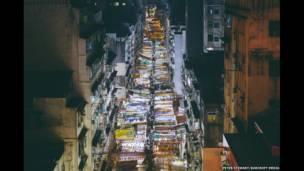 Vista de los mercados nocturnos de Temple Street en Jordan, área del distrito Yau Tsim Mong