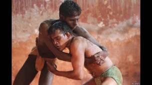 Luchadores en un gimnasio en un barrio de clase trabajadora en Bombay. BBC