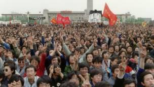 Estudiantes gritan consignas en el funeral de  Hu Yaobang. 22 de abril de 1989. AFP
