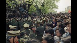 Manifestantes forcejean con la Policía que intentan impedir el paso a la plaza de Tiannmen. Jueves 27 de abril de 1989.AP