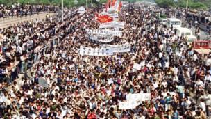 Multitudes de camino hacia Tiananmen. 4 de mayo de 1989. AP.