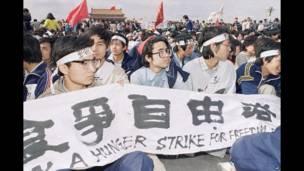 Cientos de estudiantes inician una huelga de hambre. 13 de mayo de 1989. AP.
