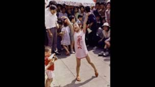 Una niña baila en la Plaza de Tiananmen. Primero de Junio de 1989. AP.