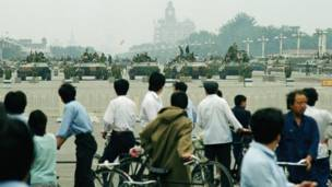 Civiles observan los tanques del ejército. 7 junio de 1989. AP