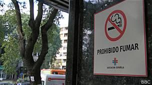 Cartel de prohibición de consumo de tabaco en Montevideo.