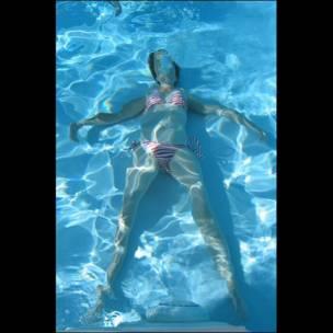 Bridget debajo del agua