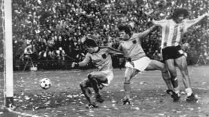 मारियो केम्पस (1974, 1978, 1982- 6 गोल)